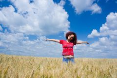 Mujer en un campo de trigo Fotografía de archivo libre de regalías