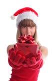 Mujer en un casquillo de la Navidad con un regalo Imagenes de archivo