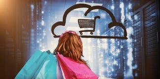 Mujer en un centro de datos que sostiene los panieres 3d Imagenes de archivo