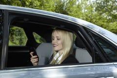 Mujer en un coche Foto de archivo