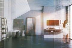 Mujer en un cuarto de baño gris y blanco del ático Fotografía de archivo libre de regalías