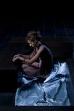 Mujer en un cuarto oscuro Imagenes de archivo