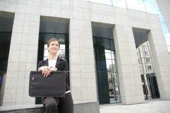 Mujer en un frente del edificio corporativo 2 Foto de archivo libre de regalías