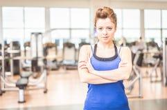 Mujer en un gimnasio Fotografía de archivo libre de regalías