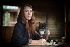 Mujer en un impermeable con una capilla Imágenes de archivo libres de regalías