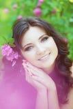 Mujer en un jardín enorme con las flores Fotografía de archivo