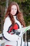 Mujer en un juego que se divierte con el área de la pista de aterrizaje de los esquís Imagen de archivo libre de regalías