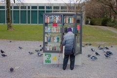 Mujer en un libro público dejar de lado en la orilla del lago de Biel/de Bienne, Suiza fotografía de archivo libre de regalías