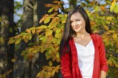 Mujer en un paisaje romántico del otoño Imagen de archivo libre de regalías
