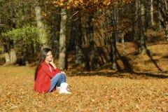 Mujer en un paisaje romántico del otoño Fotografía de archivo