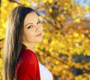 Mujer en un paisaje romántico del otoño Foto de archivo