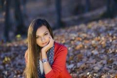 Mujer en un paisaje romántico del otoño Foto de archivo libre de regalías