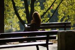 Mujer en un parque imagenes de archivo