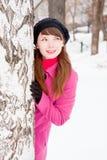 Mujer en un parque del invierno cerca de un abedul Fotografía de archivo libre de regalías