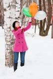 Mujer en un parque del invierno cerca de un abedul Imágenes de archivo libres de regalías