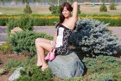 mujer en un parque del verano Fotos de archivo libres de regalías
