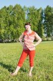 Mujer en un prado verde Foto de archivo