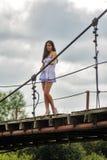 Mujer en un puente de madera Imagen de archivo