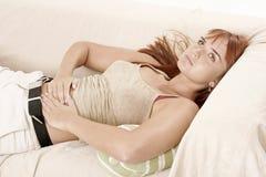 Mujer en un sofá Fotografía de archivo
