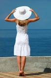 Mujer en un sombrero blanco Imágenes de archivo libres de regalías
