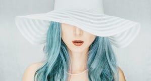 Mujer en un sombrero con el borde ancho fotos de archivo