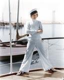 Mujer en un sombrero de los capitanes que se coloca encima de un velero (todas las personas representadas no son vivas más largo  Foto de archivo