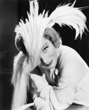 Mujer en un sombrero dramático de la pluma (todas las personas representadas no son vivas más largo y ningún estado existe Garant Imagen de archivo libre de regalías