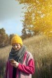 Mujer en un sombrero hecho punto amarillo Fotografía de archivo libre de regalías