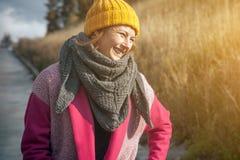 Mujer en un sombrero hecho punto amarillo Foto de archivo
