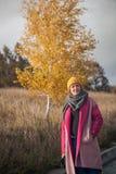 Mujer en un sombrero hecho punto amarillo Foto de archivo libre de regalías
