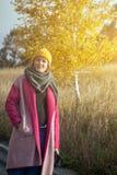 Mujer en un sombrero hecho punto amarillo Imagen de archivo