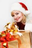 Mujer en un sombrero rojo de Santa con un regalo grande Fotos de archivo