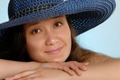 Mujer en un Sunhat azul fotografía de archivo