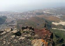 Mujer en un top de una montaña que disfruta de la opinión del valle Imagenes de archivo