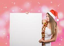 mujer en un traje de la Navidad con las banderas en blanco Imagen de archivo libre de regalías