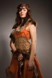 Mujer en un traje de la piel del Amazonas Imagenes de archivo