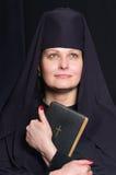 Mujer en un traje del monje Foto de archivo libre de regalías