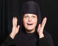 Mujer en un traje del monje Fotos de archivo