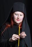 Mujer en un traje del monje Fotografía de archivo libre de regalías