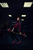 Mujer en un traje del pantalón que hace ejercicio imagen de archivo