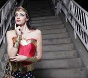 Mujer en un traje del super héroe Fotografía de archivo libre de regalías