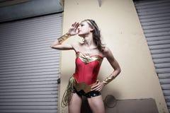 Mujer en un traje del super héroe Imagenes de archivo