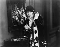 Mujer en un vestíbulo que escucha en el teléfono (todas las personas representadas no son vivas más largo y ningún estado existe  Imagen de archivo