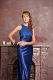 Mujer en un vestido azul Foto de archivo libre de regalías
