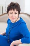 Mujer en un vestido azul  Imagenes de archivo