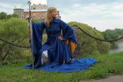Mujer en un vestido azul medieval fotografía de archivo
