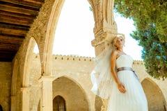 Mujer en un vestido de boda imagen de archivo libre de regalías