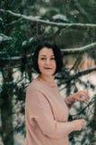 Mujer en un vestido en un bosque nevoso Fotografía de archivo