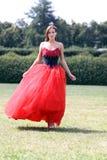Mujer en un vestido gótico rojo fotos de archivo libres de regalías