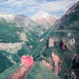 Mujer en un vestido hermoso en las montañas imagenes de archivo